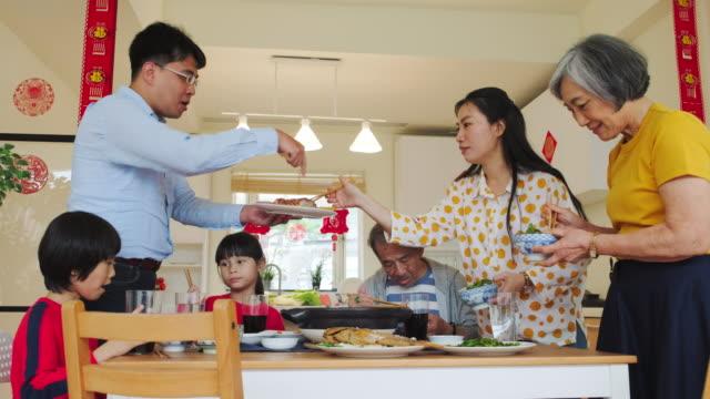 中国の多世代家族が新しい年の食糧を食べること - 台湾点の映像素材/bロール