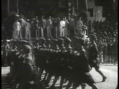 chinese nationalist general chiang kaishek standing at top of steps w/ others reviewing marching troops fg saluting w/ white gloved hand reviewing... - 1935 stock-videos und b-roll-filmmaterial
