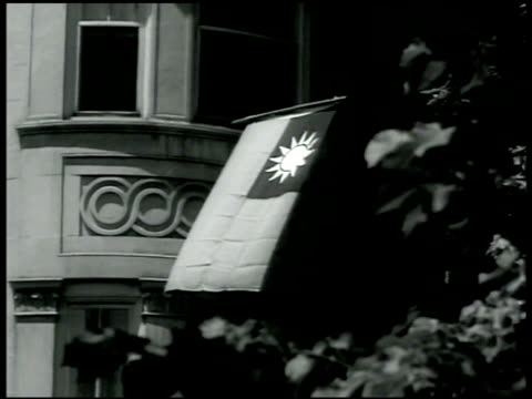vidéos et rushes de chinese nationalist party flag hanging outside window of building chinese military mission representatives sitting on porch cu captain mh robert lee... - 1942