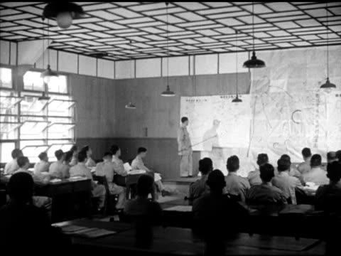 vídeos de stock e filmes b-roll de chinese nationalist soldiers walking into building in rural setting, vs classroom, man at front of room using pointer, teaching, vs students... - anticomunismo