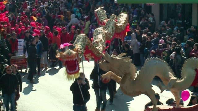 vídeos y material grabado en eventos de stock de chinese new year parade in chicago's chinatown on february 5, 2017. - dragon chino
