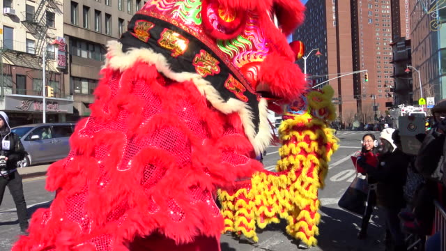 vídeos de stock, filmes e b-roll de chinese new year parade in chinatown celebrating the year of the monkey / lower manhattan new york city usa - símbolo conceitual