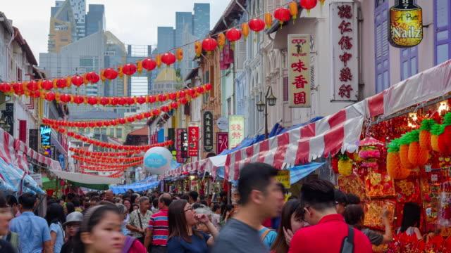 vidéos et rushes de profitez de chinois nouvel an dans le quartier chinois de singapour et voyageur traviling (ed) - activité
