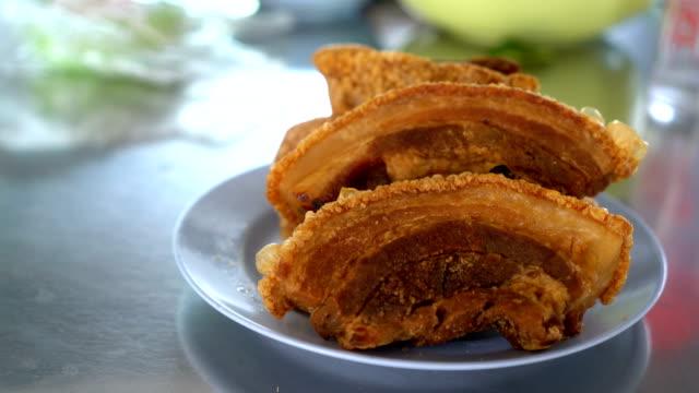 vídeos de stock, filmes e b-roll de chinês ou tailandês crocante carne de porco assada - crocante