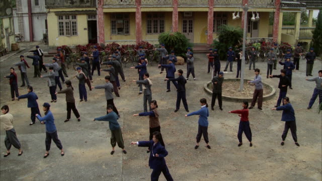 vídeos de stock, filmes e b-roll de ws chinese people exercising in courtyard of school - 1980 1989