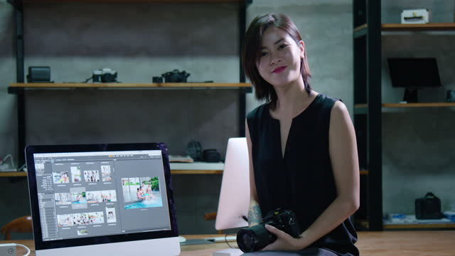 chinese photographer working in studio,4k - digitalkamera bildschirm stock-videos und b-roll-filmmaterial
