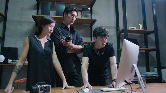 vidéos et rushes de chinese photographers working in studio,4k - cadrage aux genoux