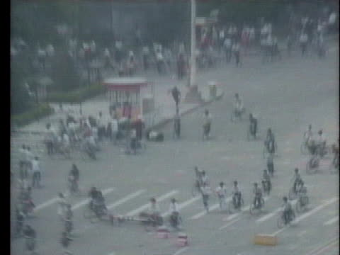 chinese police chase students and a rickshaw driver rescues a wounded student as demonstrators flee from soldiers in beijing, china. - tiananmen square点の映像素材/bロール