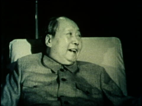 chinese premier chou en lai, chairman mao tse-tung, u.s. president richard nixon and u.s. secretary of state henry kissinger have a meeting in china. - mao tse tung video stock e b–roll