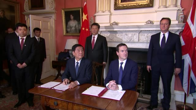 chinese president signs nuclear power plant deal during state visit downing street ext xi jinping and david cameron mp shaking hands outside number... - 政治家 ジェレミー ハント点の映像素材/bロール