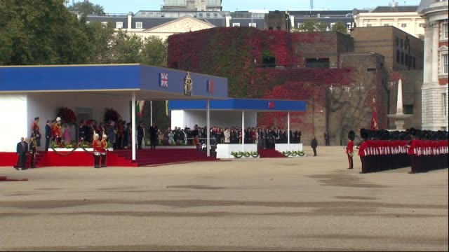 vídeos y material grabado en eventos de stock de ceremonial welcome at horse guards parade vehicles arriving / xi jinping and prince charles prince of wales out of car and up stairs / xi jinping... - presidente de china
