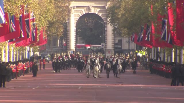 vídeos y material grabado en eventos de stock de procession to buckingham palace more shots of troops and people waiting / people holding banner 'god save the queen' / procession along the mall /... - presidente de china