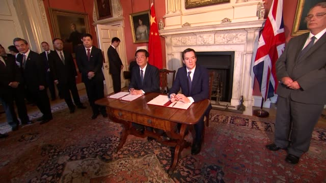 vídeos y material grabado en eventos de stock de billateral meeting and signing of agreements england london downing street photography*** officials seated at cabinet meeting table / david cameron... - presidente de china