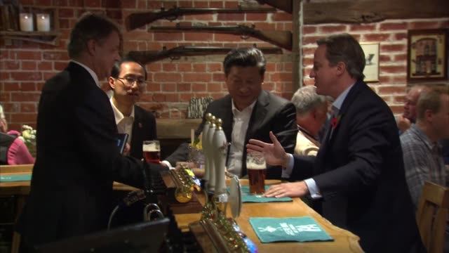 vidéos et rushes de chinese president state visit: xi jinping and david cameron visit pub near chequers; england: buckinghamshire: cadsden: the plough: int david cameron... - demi finale