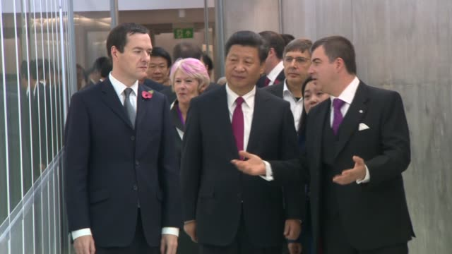 vídeos y material grabado en eventos de stock de xi jinping and george osborne visit national graphene institute xi and osborne towards along walkway with others / scientists working in laboratory /... - presidente de china