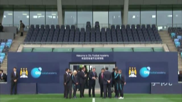 vidéos et rushes de chinese president xi jinping visits manchester; england: manchester: manchester city academy stadium: ext manchester city academy stadium stand tilt... - président