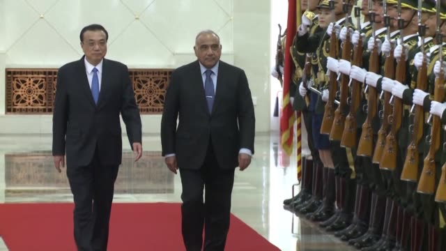 chinese prime minister li keqiang holds a welcome and signing ceremony for iraqi primer minister adel abdul mahdi at the great hall of the people - autografare video stock e b–roll