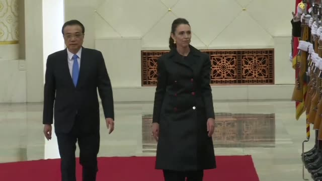 vídeos y material grabado en eventos de stock de chinese prime minister li keqiang holds a welcome ceremony for his new zealand counterpart jacinda ardern at the great hall of the people in beijing - noreste de china