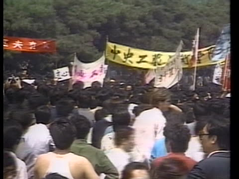 chinese pro-democracy students demonstrate in china. - tiananmen square点の映像素材/bロール