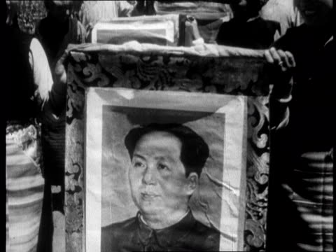 vídeos de stock e filmes b-roll de chinese propaganda film on tibet made one year after the dalai lama fled to india in 1959 - mao tse tung