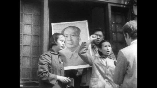 / chinese protesters argue and fight with police outside the chinese diplomatic office in london / fight moves out into the street where a chinese... - mao tse tung video stock e b–roll