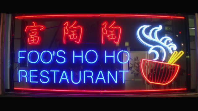 stockvideo's en b-roll-footage met ms chinese restaurant, neon sign in window reads 'foo's hoho restaurant' - informatiebord