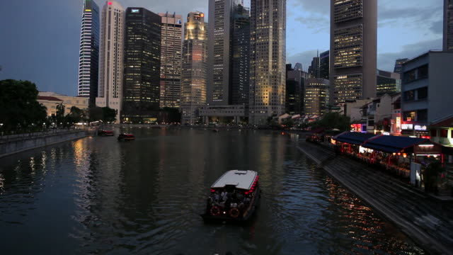 ws tu chinese sampan boat on singapore river in business district cbd,boat quay/singapore - sampan stock videos & royalty-free footage