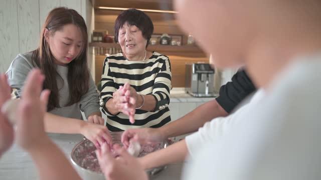 vidéos et rushes de la famille aînée chinoise prépare la nourriture chinoise « tang yuan » boule de riz gluante pour le dîner chinois de réunion de nouvel an - malaysian culture