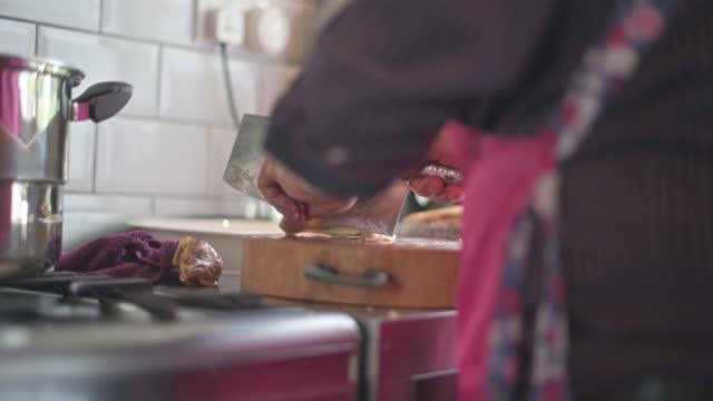 stockvideo's en b-roll-footage met chinese hogere mens die kip bij keuken voor familiereüniediner chinees nieuwjaar hakt - chinese ethnicity