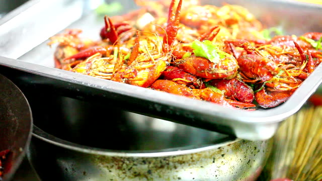 キッチンでフライパン中国小海老の炒め - 赤唐辛子点の映像素材/bロール