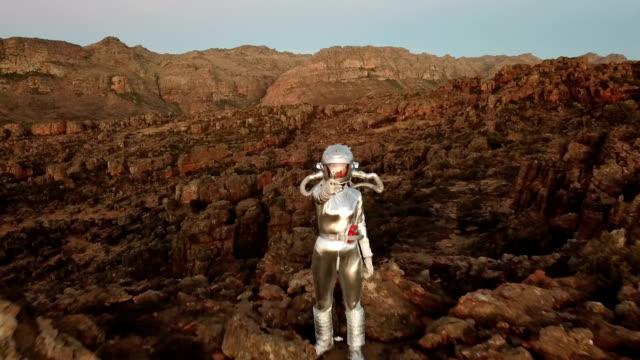 vídeos de stock e filmes b-roll de chinese space girl astronaut and her laser gun - extraterrestre