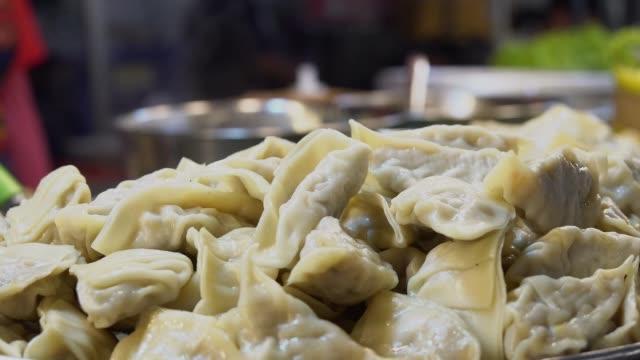 煙で熱いオートクレーブで中国の蒸しエビの餃子や点心。 - ダンプリング点の映像素材/bロール