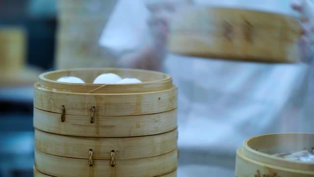 vídeos de stock e filmes b-roll de chinese steamed soup dumpling is real - bambu material