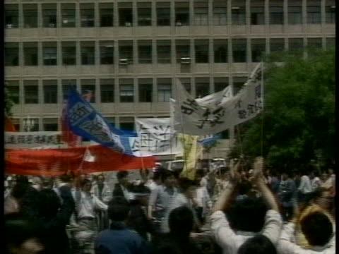 vídeos y material grabado en eventos de stock de chinese students throng the tiananmen square demanding democratic reforms. - tiananmen square