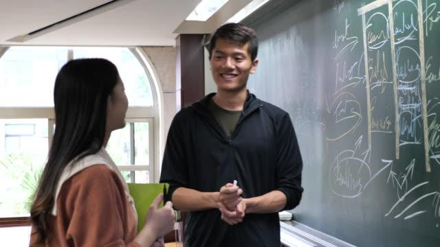教室で黒板に書く中国人学生、複雑な作業を解決する - east asian ethnicity点の映像素材/bロール