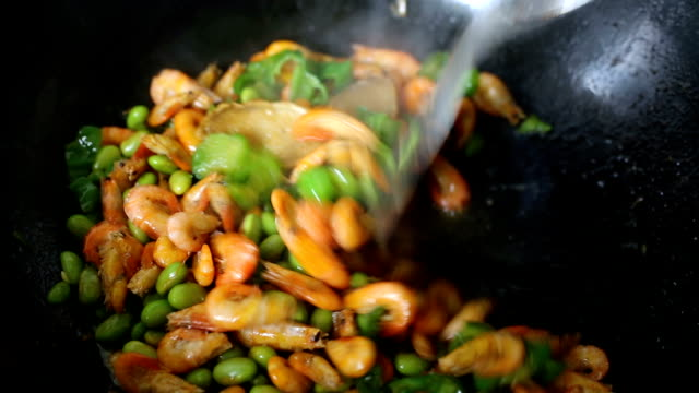 vídeos de stock, filmes e b-roll de chinese style shrimp with green beans stir-fry - frutos do mar