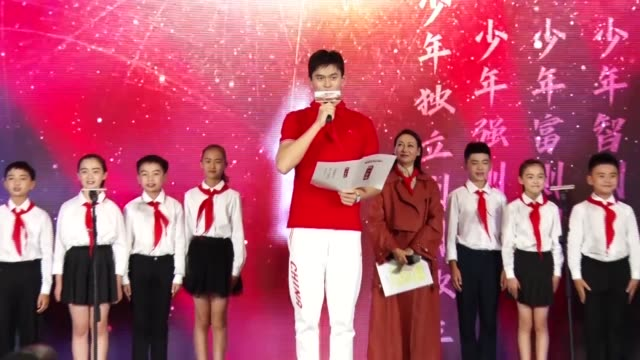vídeos de stock, filmes e b-roll de chinese swimmer sun yang attends a press conference of a variety show on september 25 2019 in shanghai china - espetáculos de variedade