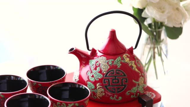 vidéos et rushes de tasses chinoises de cérémonie de thé dans le jour de mariage. - céramique