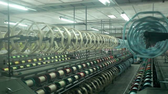 中国の織物工場のインテリアとマシン動作シーン - 生地サンプル点の映像素材/bロール