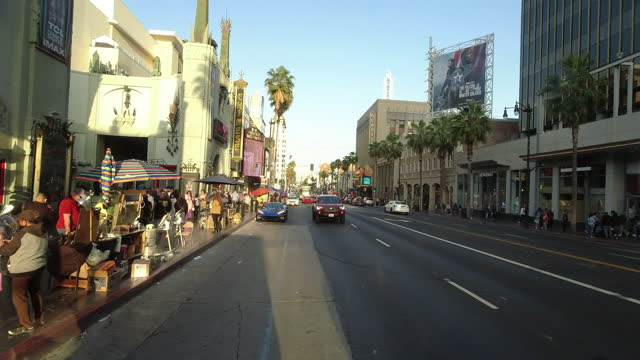 vídeos de stock, filmes e b-roll de tcl chinese theatre and street vendors on hollywood boulevard at sunset. - tcl chinese theatre