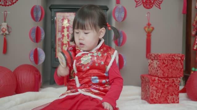 Fille enfant chinois célébrant le nouvel an chinois à la maison