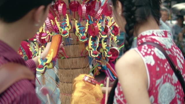 chinesische touristen einkaufen spielzeug papier drachen marionette - chinesische kultur stock-videos und b-roll-filmmaterial