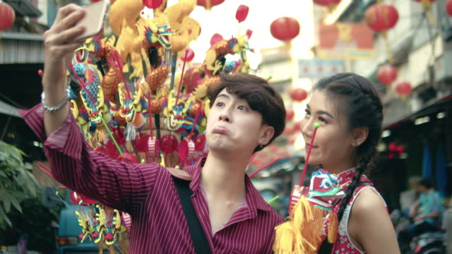 stockvideo's en b-roll-footage met chinese toeristen winkelen speelgoed voor papier dragon puppet - chinese ethnicity