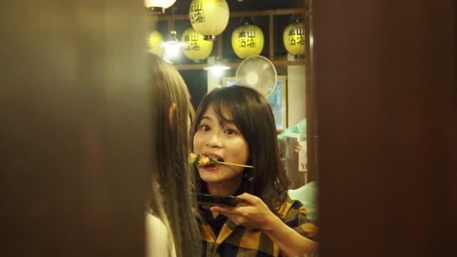 chinese tourists eat japanese food - 居酒屋点の映像素材/bロール