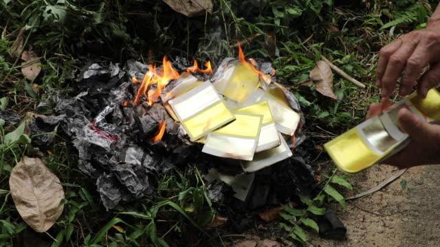 Chinese traditie, Burning zilver en goud papier voor voorouder in de tempel