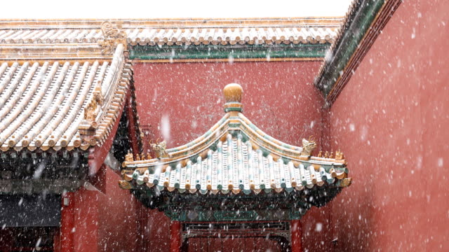 vídeos de stock e filmes b-roll de chinese traditional style pavilion with colorful roof in the snow - casa de jardim