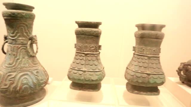 chinese vintage porcelain - skåp med glasdörrar bildbanksvideor och videomaterial från bakom kulisserna