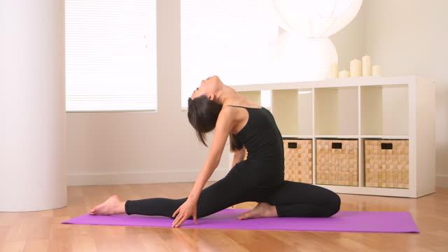 vídeos y material grabado en eventos de stock de chinese woman doing yoga - centro de yoga