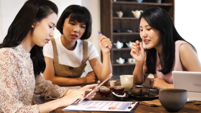 中国の女性は、暗号通貨で取引します。 - number 3点の映像素材/bロール