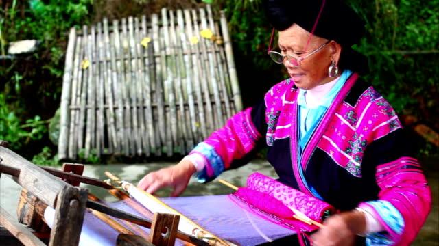 vídeos de stock e filmes b-roll de mulher chinesa tecer em longsheng - tricotar